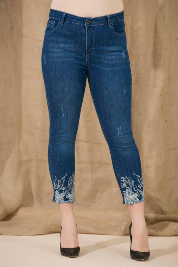 mėlyni moteriški džinsai su gėlių raštais